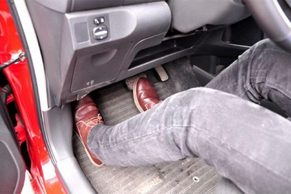 Chân phanh ô tô bị chạm sàn là do đâu?